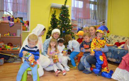 Зайка и Снегурочка пришли на новогодний праздник к утренней группе